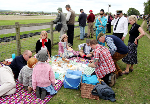 Picknickers-overal-rond-de-baan_resize