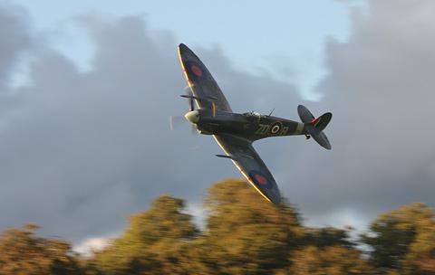 Spitfires-gevlogen-door-de-beide-Engelse-toppiloten-uit-de-Red-Bull-airrace-serie_resize