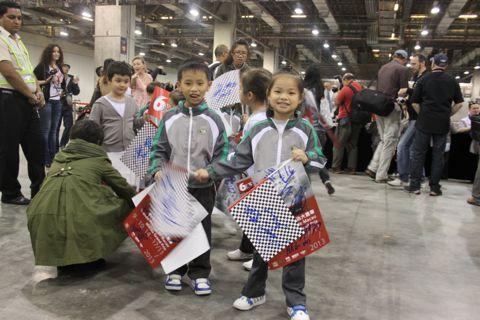 131119 Groeten Macau Handtek kinderen 6