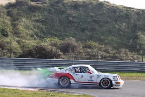 Na een ronden lange strijd werd de Porsche rijder overmoedig en verremde zich de Alpine in om e te worden. Doodzonde en onnodig