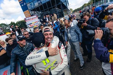 6 Gabriele Gardel congratulates Stienes Longin