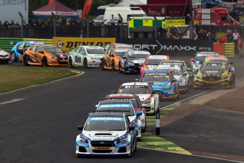 Colin Turkington leads a gaggle of 32 cars in North Yorkshire