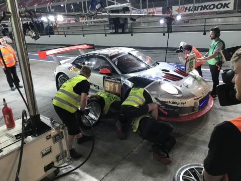 180112 Dubai Porsche Pits