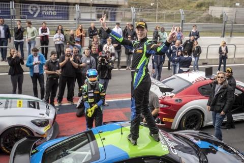 Rob Severs viert zijn GT4 kampioenschap 2