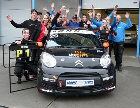 Noah-Hermans-met-team-autosprt-Lohuis