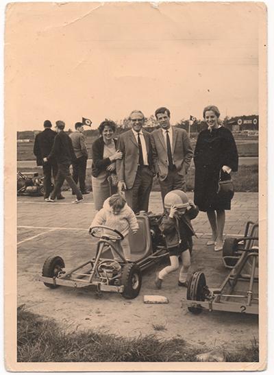 400-1965-appie-met-familie-skelterbaan